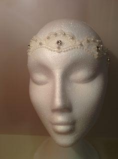 Detalle frontal del nuevo modelo de cinta de pelo Istar. #lamoradadenoa #novia #brillantes #bridal #diadema #corona #tocado #evento #boda #comunion #novia #cintadepelo #cinta #perlas #encaje