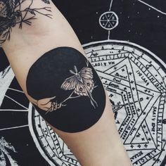 What does blackout tattoo mean? We have blackout tattoo ideas, designs, symbolism and we explain the meaning behind the tattoo. Neue Tattoos, Body Art Tattoos, Hand Tattoos, Cool Tattoos, Circle Tattoos, Circle Tattoo Design, Tatoos, Skeleton Tattoos, Modern Tattoos