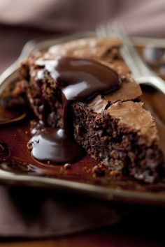 Chocolate Brownie Cake with Warm Chocolate Syrup. Chocolate Brownie Cake with Warm Chocolate Syrup. Chocolate Brownie Cake, Café Chocolate, Chocolate Desserts, Flourless Chocolate, Chocolate Topping, Melted Chocolate, Fudge Cake, Chocolate Heaven, Delicious Chocolate