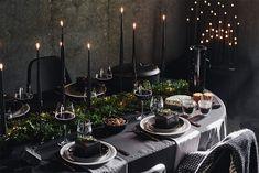 Dark Christmas, Office Christmas, Christmas Plates, Modern Christmas, Scandinavian Christmas, Black Christmas Decorations, Christmas Table Settings, Holiday Tables, White Xmas Tree