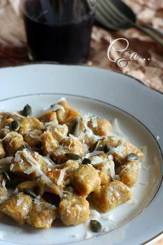 Gnocchi di zucca con farina di grano saraceno Italian Main Courses, Pasta Recipes, Vegan Recipes, Gluten Free Gnocchi, Salty Foods, Food Humor, Cheesecake, Vegan Dishes, Soul Food