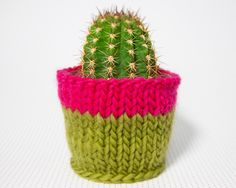 Update your plant pot covers with this free pattern! Knitting Kits, Knitting Patterns Free, Knit Patterns, Free Knitting, Knitting Projects, Crochet Projects, Free Pattern, Sewing Projects, Potted Plants