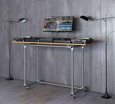 Super stylischer, minimalistischer DJ Pult für einen großen Monitor. Stabil und einfach zu selber bauen.
