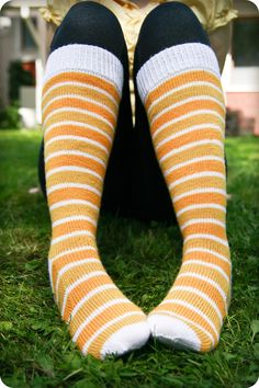 Knit Slippers Free Pattern, Knitted Slippers, Knitting Socks, Knitting Needles, Knitting Ideas, Knitting Patterns, Woolen Socks, Diy Projects To Try, Mittens