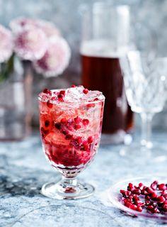 Punainen mocktail   K-Ruoka Red Fruit, Fruit Juice, Fruit Photography, Detox Program, Pomegranate Seeds, Good Food, Fun Food, Recipe Today, Detox Tea