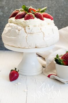 Are you ready for a delicious Strawberry Pavlova recipe? You'll want to Pin an… Are you ready for a delicious Strawberry Pavlova recipe? You'll want to Pin and make this one! Köstliche Desserts, Delicious Desserts, Dessert Recipes, Yummy Food, Plated Desserts, Strawberry Pavlova, Pavlova Cake, Flat Cakes, Aussie Food
