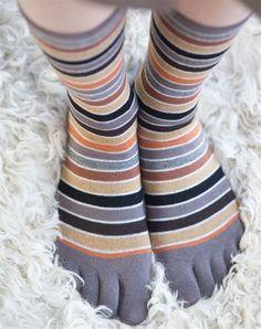 Grappig, zacht, comfortabel en uniek; de Polychrone Toe Sock van Bonnie Doon is het allemaal!    De horizontale streepjes hebben verschillende kleuren (grijs, lichtblauw, ecru, lichtgrijs) en door de dunne boorden met fijne stretch blijft de Polychrone perfect op haar plaats.