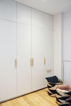 Nachher: ein begehbarer Kleiderschrank - Nachher: ein begehbarer Kleiderschrank Vous êtes à la bonne adresse pour Tout petit Nous reg - Built In Cupboards Bedroom, Bedroom Built In Wardrobe, Bedroom Cupboard Designs, Wardrobe Furniture, Bedroom Closet Design, Home Room Design, White Wardrobe, Small Wardrobe, Wardrobe Doors