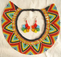 Collar en chaquira Pueblo Embera Bead Crafts, Jewelry Crafts, Jewelry Art, Beaded Jewelry Patterns, Beading Patterns, Beaded Collar, Beaded Ornaments, Loom Beading, Bead Art