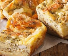 Αδειάζετε το μείγμα σε ταψί στρωμένο με αντικολλητικό χαρτί ψησίματος και ισιώσετε την επιφάνειά του. Ψήνετε την πίτα στο φούρνο για περίπου 30-35 λεπτά Cookbook Recipes, Cooking Recipes, Pizza Tarts, Spanakopita, Greek Recipes, Hawaiian Pizza, Quiche, Camembert Cheese, Sweet Home