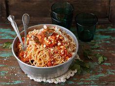 Pasta bolognese lienee italiaisten kansallisaarteista tunnetuin. Pitkään punaviinissä haudutettu kasviksista ja naudanlihasta valmistettu pastakastike onkin vertaansa vailla. Arkinen kasvisversio bolognesesta valmistuu sukkelammin ja vie kielen mennessään.