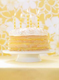 Recette de gâteau tarte au citron de Ricardo. Recette de dessert aux fruits, tarte,  pour les grandes occasions. Ingrédients: meringue, gâteau des anges, jus de citron, vanille, oeufs, sucre...