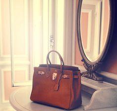 Birkin Hermes--- -Le Birkin est un sac à main pour femme de la maison française Hermès, -fabriqué à la main -et le plus souvent en cuir, -puis distribué dans plusieurs tailles (de 25 à 40 cm généralement) -en très petites quantités -et exclusivement dans les boutiques Hermès.