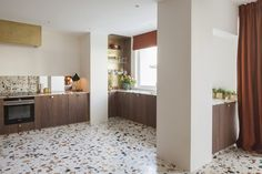 Thinking about overhauling a bathroom or kitchen? Terrazzo flooring, countertops, and backsplashes are delightful options for creating swank, colorful spaces in your home. Modern Flooring, Flooring Options, Kitchen Flooring, Flooring Ideas, Terrazo Flooring, Terrazzo Tile, Tiles, Mid Century Modern Kitchen, Kitchens