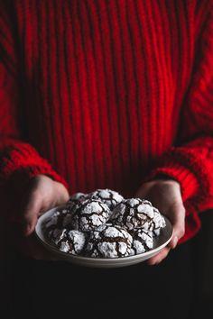 """Vianočná atmoška graduje, u nás už rozvoniavajú nielen klasické medovníčky, ale najnovšie aj tieto """"opité"""" perníčky, nazývané po anglicky crinkles…Výraz opité teda vo veľkých úvodzovkách, pretože som do nich takpovediac kvapla iba pár kvapiek (2 lyžice) írskeho likéru..Ale aspoň fajná výhovorka, prečo si otvoriť fľašku sladučkého Baileys, no nie? 🙂  """"Opité"""" perníčky 200 g..."""
