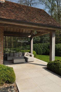 Op een heel rustige en mooie locatie gelegen top-villa met ca.3.050m², verwarmd zwembad en poolhouse.  Indeling gelijkvloers; mooie hall met Emperador...
