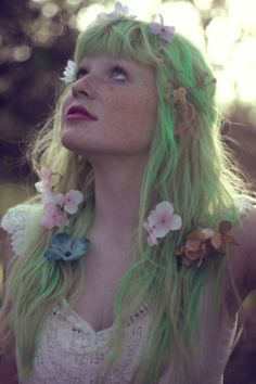 green hair and flowers - she looks like a fairy! ♛ We Heart Hair♛ Wedding Hair Flowers, Flowers In Hair, Pretty Flowers, Flower Hair, Green Flowers, Pretty Hairstyles, Wedding Hairstyles, Pelo Multicolor, Fairy Hair