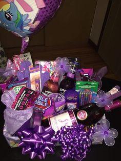 Purple themed birthday gift basket for a female – Abiball Abschlussfeier Baby Shower Erntedankfest (Thanksgiving) Geburtstag Geschenk korb Creative Gift Baskets, Gift Baskets For Women, Wine Gift Baskets, Basket Gift, Creative Gifts, Cute Birthday Gift, Birthday Gifts For Best Friend, Diy Birthday, Women Birthday