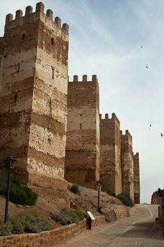 (CASTLES OF SPAIN - Castillo de Burgalimar. Jaen. En el siglo XI,el castillo se convierte en objeto de continuas y feroces luchas entre musulmanes y cristianos. Alfonso VII de León se lo arrebata a los musulmanes en 1147, después de su muerte en 1157, la fortaleza es recuperada por los moros. Alfonso VIII de Castilla llega a recuperar el castillo en 1189. Tres días después de la batalla de Las Navas de Tolosa (1212), la fortificación vuelve a manos islámicas.