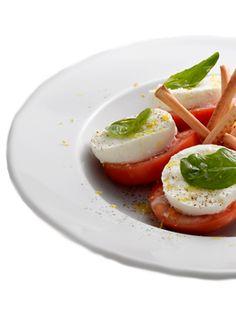 Gino's  Insalata Caprese  Mozzarella de búfala con tomate, albahaca, grissini, ralladura de limón y aceite de oliva virgen.