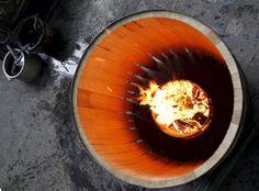 22.11 Un employé travaille sur un fût de chêne dans un atelier de l'usine Hennessy, à Cognac, dans le sud-ouest de la France.Photo: Regis Duvignau
