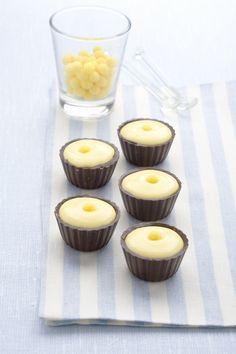 I pirottini di cioccolato fondente ripieni di crema sono golosi dolci freddi tanto buoni da mangiare quanto belli da vedere: prepararli non è difficile.