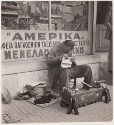 Street cobbler reading a newspaper // David Seymour Vintage Pictures, Old Pictures, Vintage Images, Mykonos Greece, Athens Greece, Greece History, Old Time Photos, Greece Pictures, Greece Photography