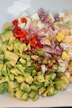 Daca nu ai planuri speciale pentru micul dejun iti propun sa incerci o salata de oua cu avocado. Pentru ca micul dejun in 2 poate fi delicios si sanatos. Healthy Salad Recipes, Gourmet Recipes, Diet Recipes, Vegetarian Recipes, Cooking Recipes, Cold Vegetable Salads, Salmon And Broccoli, Keto Food List, Cafe Food