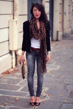 love the leopard scarf with blazer and jeans!