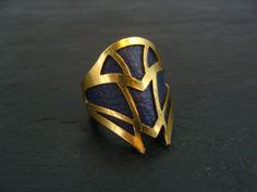 Dieser hübsche Ring besteht aus gestanztem Messing. Die Innenseite wurde mit Leder beklebt. Durch das weiche Leder ist er angenehm zu tragen.  Der Ring hat einen Durchmesser von ca. 16,5 mm. Er ist...