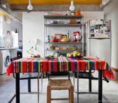 Uma cozinha quase sem paredes, com vigas de concreto e teto pintado de amarelo.  Veja o ambiente completo em www.historiasdecasa.com.br #todacasatemumahistoria #concreto #cozinha #kitchen