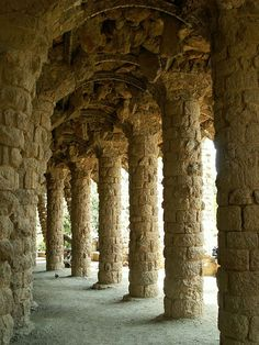 Originally Parc Guell was to be an upscale residential development. This is the arcade that people's carriages would take to their homes to be out of the rain.    Трансфер из Барселоны в Аэропорт  и Качественный трансфер, многолетний опыт работы с клиентами, Билеты на футбольные матчи   трансфер, отдых, #travel