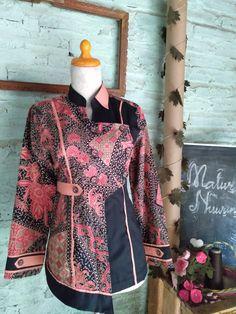 Blouse Batik, Batik Dress, Batik Fashion, Hijab Fashion, Basic Style, Mom Style, Raglan Shirts, Kebaya, Office Outfits