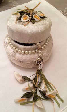 İpek kurdeleden yapılan gala çiçeği ile süslenmiş tesbih ve tesbih kutusu.....