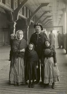 Immigration: Germans arriving at Ellis Island. Immigration: Germans arriving at Ellis Island. Vintage Pictures, Old Pictures, Old Photos, Ellis Island Immigrants, Historical Images, Le Far West, World History, Vintage Photographs, Baby Wearing