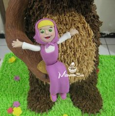 My first standing 3D cake, tema Masha and the bear untuk ultah anakku, Felice hari selasa kemaren di sekolah....
