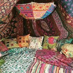 Wonderful 13 DIY Hippie House Decor Ideas for Best Inspirations - Deko - Boho Home, Hippie Home Decor, Boho Decor, Gypsy Decor, Bohemian Decorating, Hippy Room, Tapestry Bedroom, Estilo Hippie, Dream Rooms