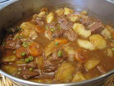 """Hoy cocinaremos un Estofado de carne de ternera con patatas, guisantes y zanahoria. Es muy fácil de preparar y queda delicioso. Si te gusta esta receta no olvides de clicar el """"me gusta"""" y la puedes compartir con tus amigos."""