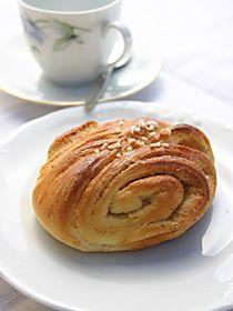 Kahvilan omassa keittiössä vaivattuja ja hellästi kohotettuja, aidolla voilla leivottuja Papan puusteja tullaan maistelemaan jo matkojen päästä. Joko sinä olet maistanut?