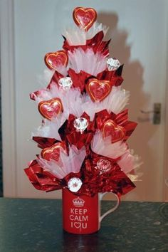 Estos lindos bouquets de dulces son perfectos para obsequiar en Cumpleaños, San Valentín, Aniversarios, Graduaciones o Día de las madres. Son realmente fácil de hacer y lucen ¡espectaculares! Materiales: Dulces, caramelos o chocolates de tamaño mediano o grande con envoltura Palitos para brocheta Papel celofán o papel tissué (papel de seda o papel de china) … Valentines Day Baskets, Valentines Day Decorations, Valentine Day Crafts, Gift Bouquet, Candy Bouquet, Liquor Bouquet, Balloon Bouquet, Christmas Tree Chocolates, Candy Arrangements