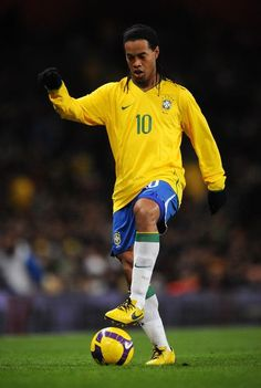 Ronaldinho of Brazil controls the ball during the International Friendly match between Brazil and Italy at the Emirates Stadium on February 2009 in London, England. (Photo by Shaun Botterill/Getty Images) *** Local Caption *** Ronaldinho Club Football, Sports Football, Best Football Players, Good Soccer Players, Football Is Life, Football Photos, World Football, Sports Games, Football Moms