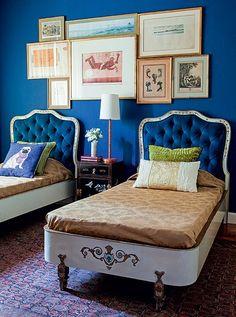 Verdadeiros achados de antiquário, as camas dos anos 1950 foram o ponto de partida para o arquiteto Paulo Carvalho criar o quarto. As bases brancas pediam uma cor que as levasse ao estrelato. Assim entrou o azul-marinho no veludo das cabeceiras