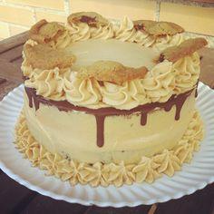 Pastel de chocolate con cookie dough y crema de mantequilla de cacahuete con galletas encima.