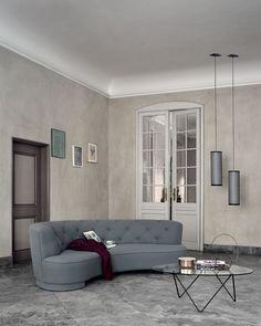 PD5 ANA, taklampa i perforerad metall, formgiven av Joaquim Ruiz Millet för GUBI. PD5 ANA skapade Joaquim Ruiz Millet som en hyllning till sin läromästare Barba Corsini som ligger bakom La Pedrera-serien. Serien La Pedrera kom till 1955 då fastighetsbolaget bakom Gaudis berömda byggnad La Pedrera i Barcelona önskade konvertera vindarna, som hittills endast används som förråd, till lägenheter. Man anlitade då den spanska arkitekten Barba Corsini för uppdraget. Corsini designade 13…