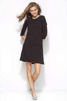 Trapezowa czarna sukienka o swobodnym fasonie