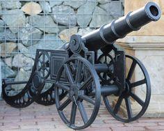 Nach antiken Vorlagen gefertigte Kanone aus Gusseisen als Dekoration für den Garten. Das Geschütz ist fahrbar und nicht funktionsfähig.
