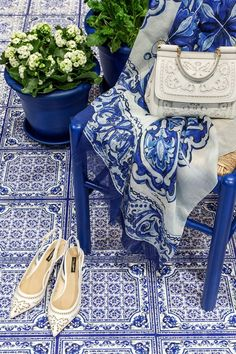 What beautiful tile printed Dolce & Gabbana pices. Dolce & Gabbana, Dolce And Gabbana Blue, Azul Pantone, Pantone Color, Love Blue, Blue And White, Fashion Mag, Womens Fashion, Estilo Navy
