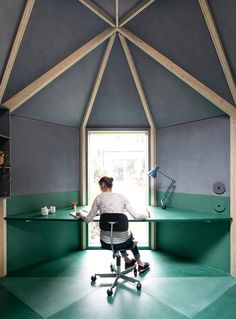 Un petit bureau à domicile pouvant se transformer en chambre d'amis a été conçu par le Studio Ben Allen pour l'arrière-cour de cette maison du sud-ouest de Londres.  Comme leurs clients avaient deux jeunes enfants et manquaient d'espace dans leur maison, ces derniers souhaitaient un endroit pour que les membres de la famille puissent travailler, jouer, lire, dormir ou profiter d'un moment de paix et de tranquillité. Inspiré par la forme et la couleur d'un artichaut, le petit bâtiment...