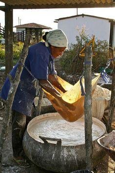 Casa de farinha, Pernambuco, Brasil. As casas de farinha são os locais onde se produz a farinha de mandioca, bastante presente na culinária brasileira.   Por Flávio Eiró via Flickr