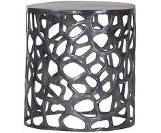 Ergänzen Sie Ihren Wohnraum mit praktischen Beistelltischen. Modell CORAL sorgt mit seiner runden Form und dem schwarzen Aluminiumgestell für schicke Highlights. Das kunstvolle Gestell von CORAL steigert zusätzlich den Deko-Faktor in jedem Raum.